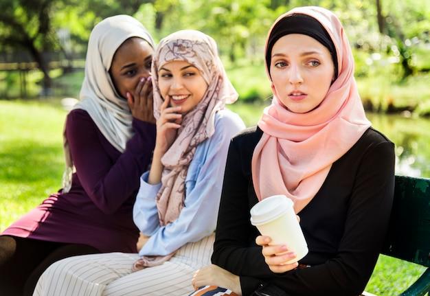 Mulheres islâmicas fofocando e tiranizando seu amigo Foto Premium