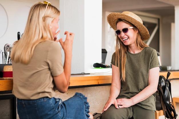 Mulheres jovens elegantes conversando Foto gratuita