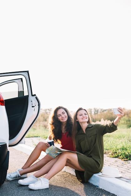 Mulheres jovens, levando, selfie, ligado, borda Foto gratuita