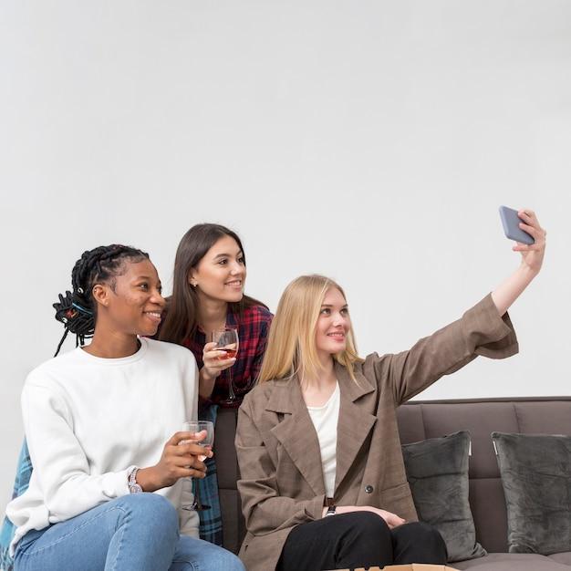 Mulheres jovens tomando selfies Foto gratuita