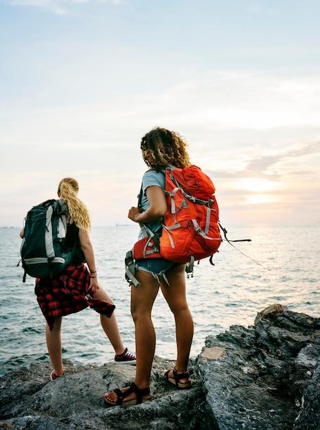 Mulheres jovens, viajando, junto Foto Premium