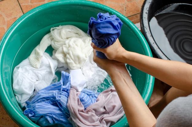 Mulheres, lavando roupas Foto Premium