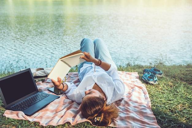 Mulheres, leitura, perto, a, rio Foto Premium