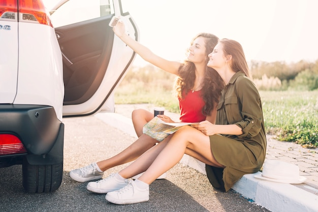 Mulheres, levando, selfie, ligado, borda Foto gratuita
