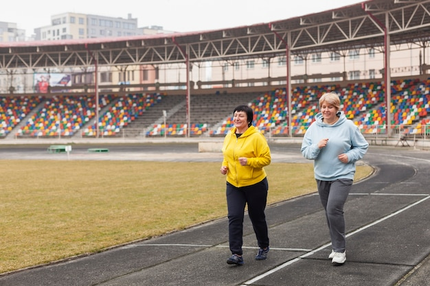 Mulheres mais velhas correndo Foto gratuita