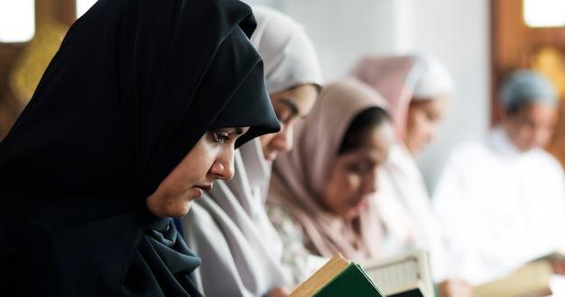 Mulheres muçulmanas lendo o alcorão na mesquita durante o ramadã Foto gratuita