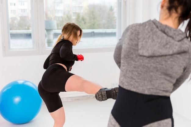 Mulheres na aula de fitness malhando Foto gratuita