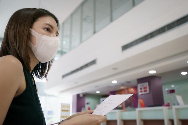 Mulheres na bilheteria aguardando alteração ou reembolso total após o surto de coronavírus. Foto Premium