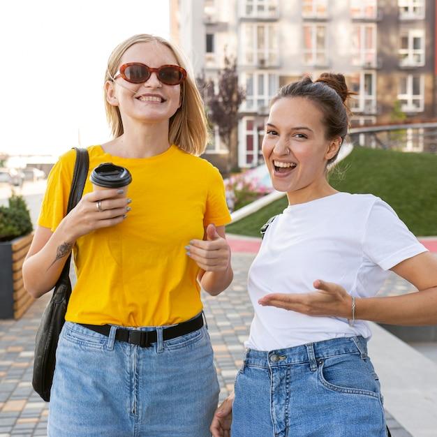 Mulheres na cidade usando linguagem de sinais Foto gratuita