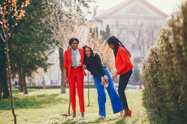 Mulheres negras em um parque Foto gratuita