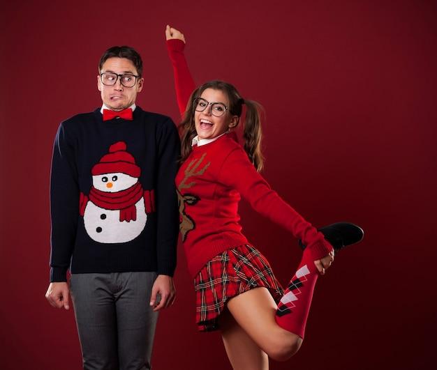 Mulheres nerds flertando com homem tímido Foto gratuita