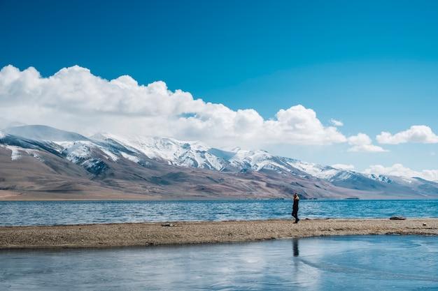 Mulheres no lago pangong e montanha em leh ladakh, índia Foto gratuita