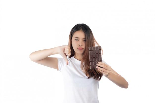 Mulheres que estão de encontro ao chocolate, isolado em um fundo branco. Foto gratuita
