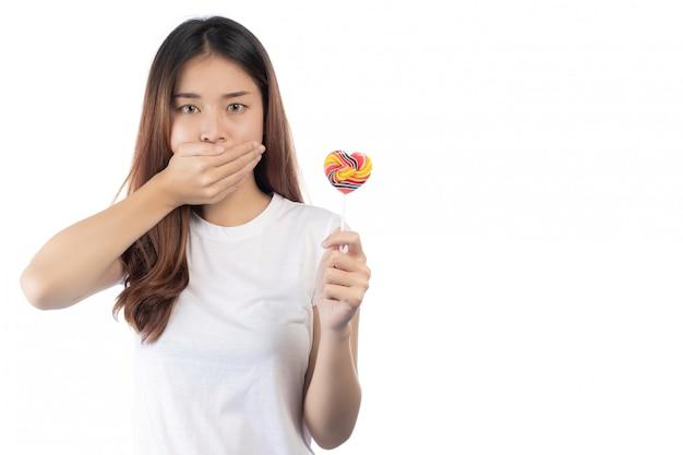 Mulheres que estão de encontro aos doces, isolados em um fundo branco. Foto gratuita