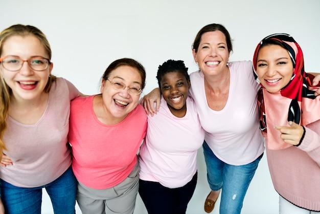 Mulheres que promovem a conscientização do câncer de mama Foto Premium