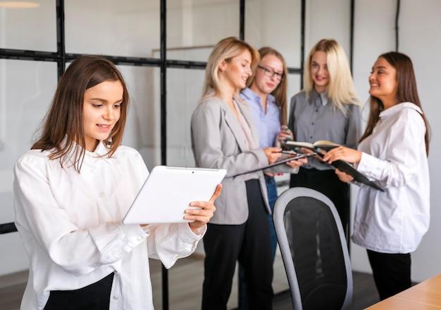 Mulheres que se encontram no trabalho para brainstorming Foto gratuita