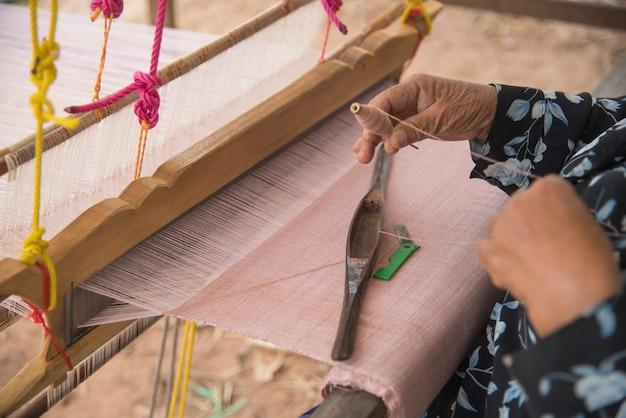 Mulheres que tecem o fabri tailandês tradicional em tailândia. Foto Premium