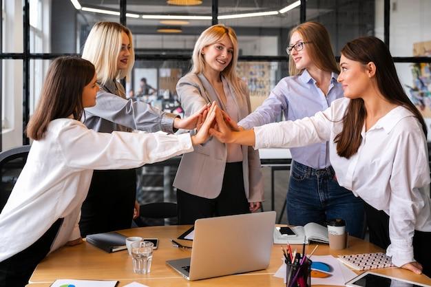 Mulheres reunidas para comemorar o sucesso nos negócios Foto gratuita