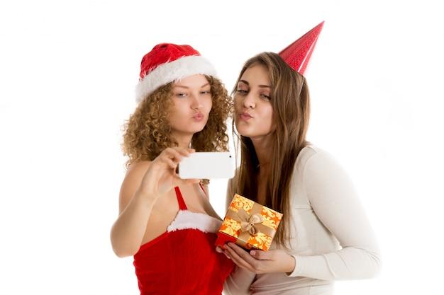 Mulheres se beijando enquanto toma uma foto Foto gratuita