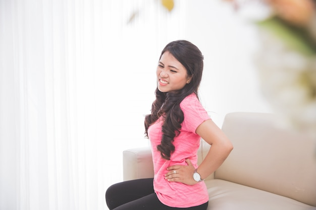 Mulheres se sentindo mal no estômago Foto Premium