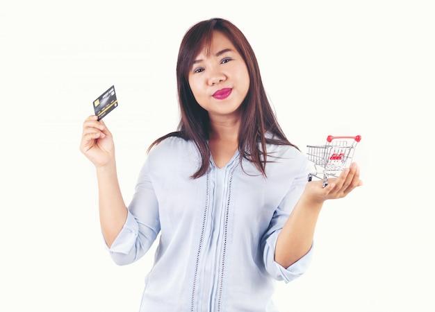 Mulheres, segurando, cartões crédito, e, carrinho de compras Foto Premium