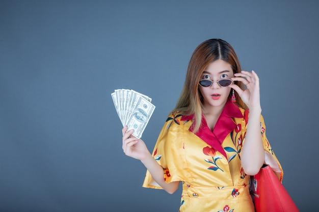 Mulheres segurando cartões inteligentes e dinheiro. Foto gratuita