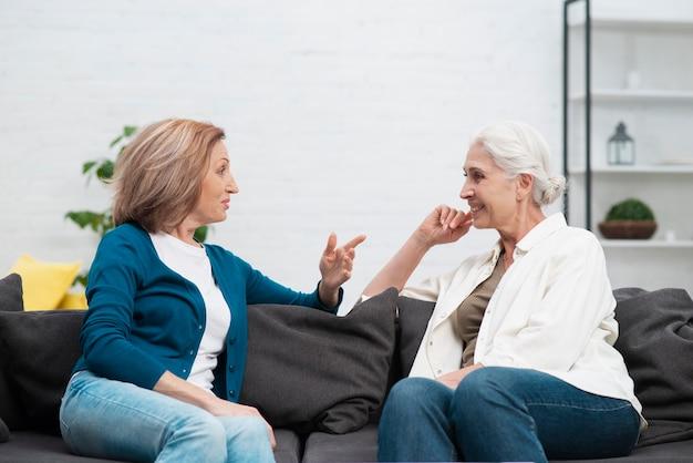 Mulheres sênior falando um com o outro Foto gratuita
