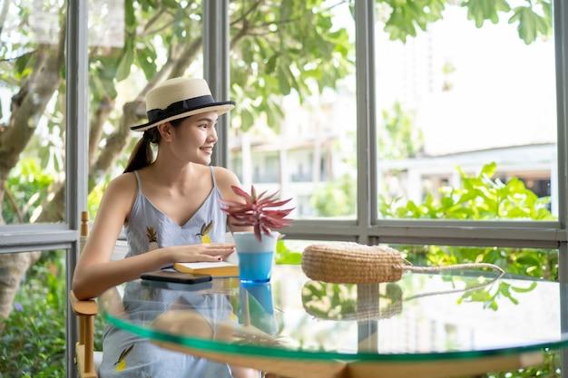Mulheres, sentando, café bebendo, em, a, loja café Foto Premium