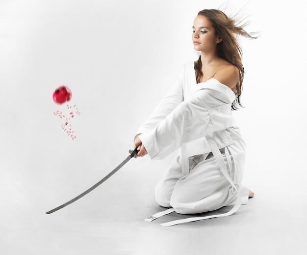Mulheres sexy jovens atraentes com espada samurai Foto Premium
