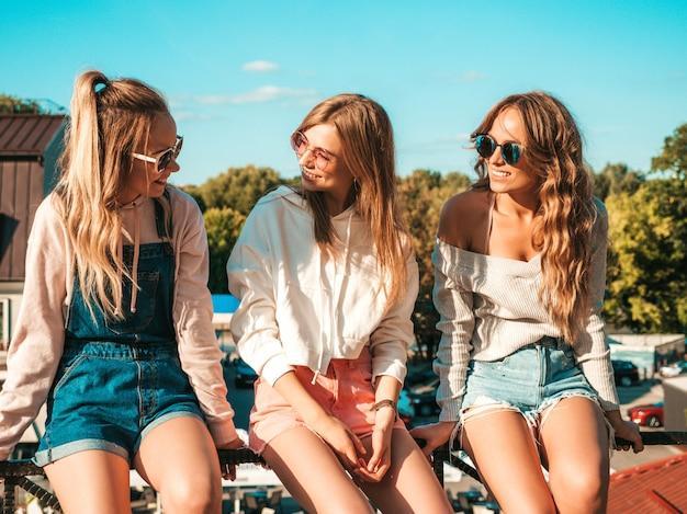 Mulheres sexy, sentado no corrimão na rua eles se comunicando e discutindo algo Foto gratuita