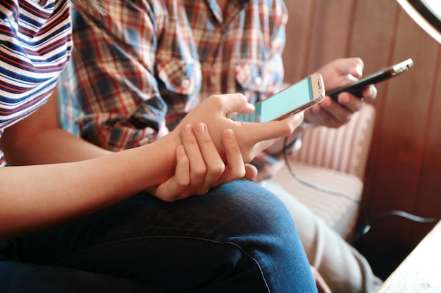 Mulheres, tela tocante, e, homem, digitando, laptop, ligado, tabela madeira Foto Premium