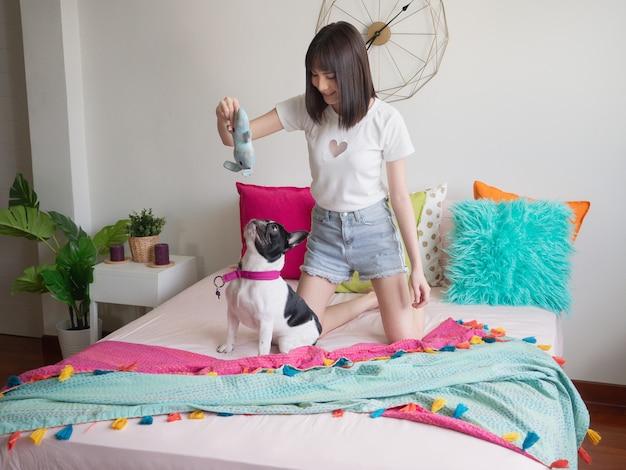 Mulheres, tocando, com, cachorros, cama Foto Premium