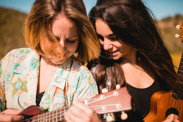 Mulheres, tocando, ukuleles, junto Foto gratuita
