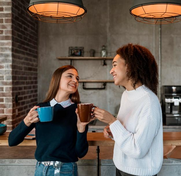 Mulheres tomando café durante uma reunião Foto gratuita