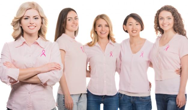 Mulheres unidas com a fita cor-de-rosa da conscientização do câncer da mama. Foto Premium