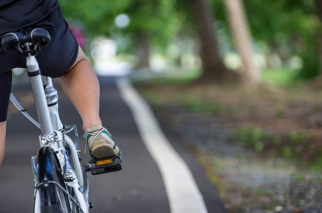 Mulheres vestindo tênis girando na estrada. Foto Premium