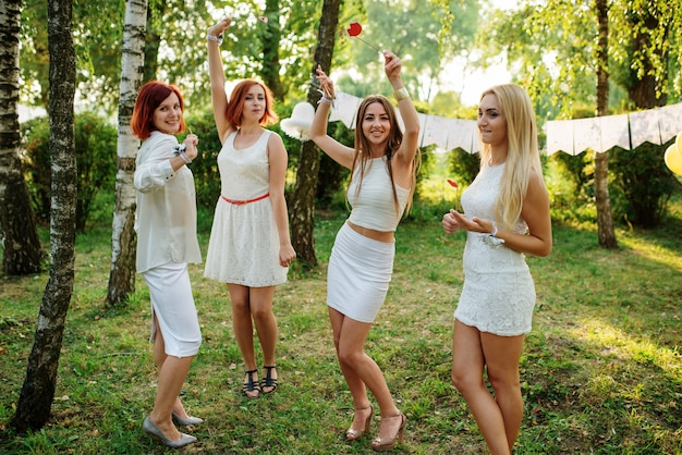 Mulheres vestindo vestidos brancos se divertindo na festa da galinha. Foto Premium