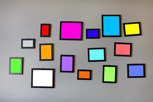 Multi cor em branco em molduras na parede de cimento cinza Foto Premium