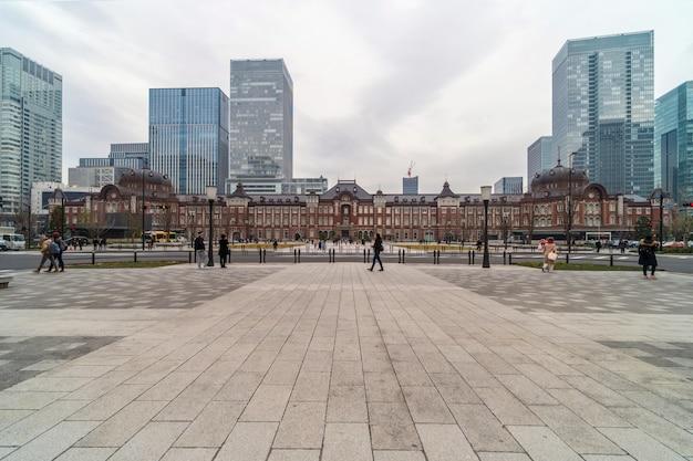 Multidão indefinidas pessoas que visitam e desfrutam na estação de tóquio e marunouchi com o tráfego automóvel tóquio Foto Premium