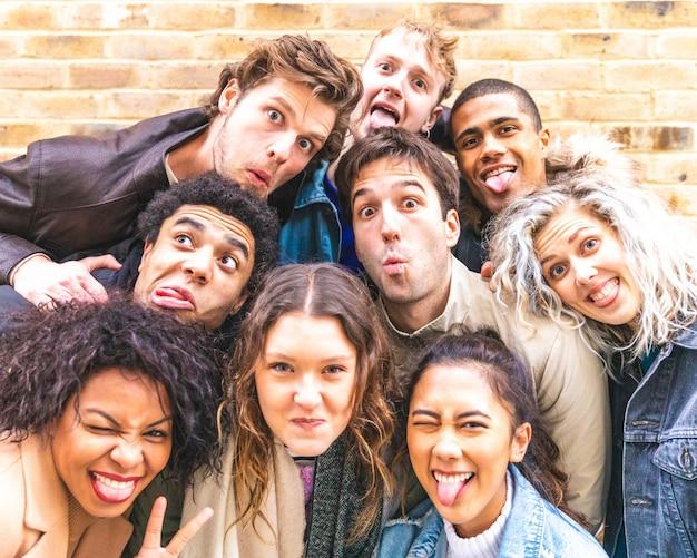 Multirraciais amigos tomando selfie e fazendo caretas Foto Premium