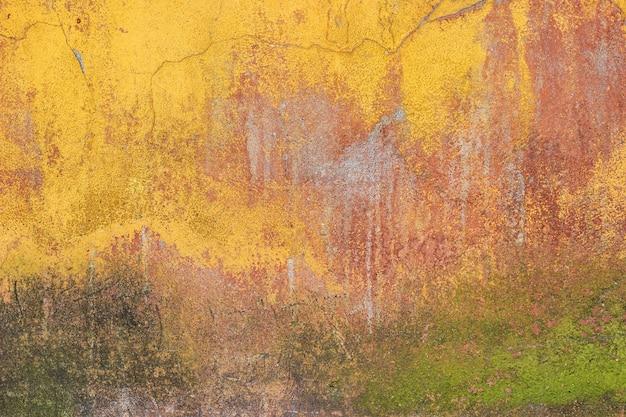 Muro de cimento colorido velho com rachaduras e musgo. Foto Premium