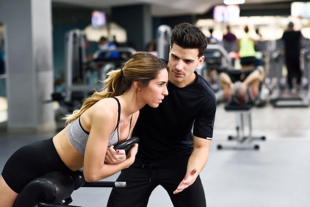 Muscular realização ginásio homem ativo Foto gratuita