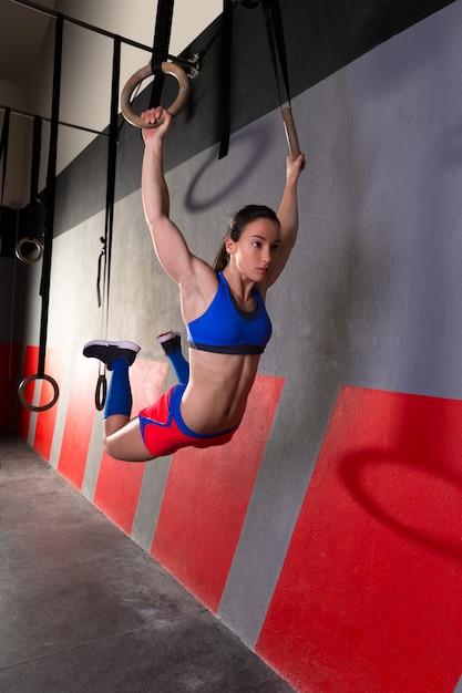 Músculo ups anéis mulher swing treino no ginásio Foto Premium