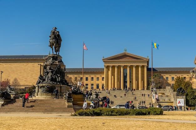 Museu de arte de filadélfia e george washington monumento em dia de sol, pensilvânia Foto Premium