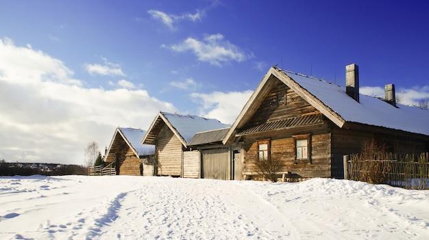 Museu do estado bielorrusso da arquitetura popular, região de minsk, vila de azjarco, bielorrússia Foto Premium