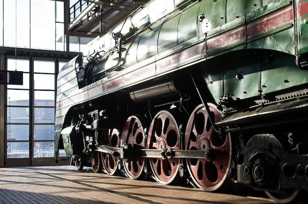 Museu ferroviário, exposição de locomotivas antigas, trens e carros Foto Premium