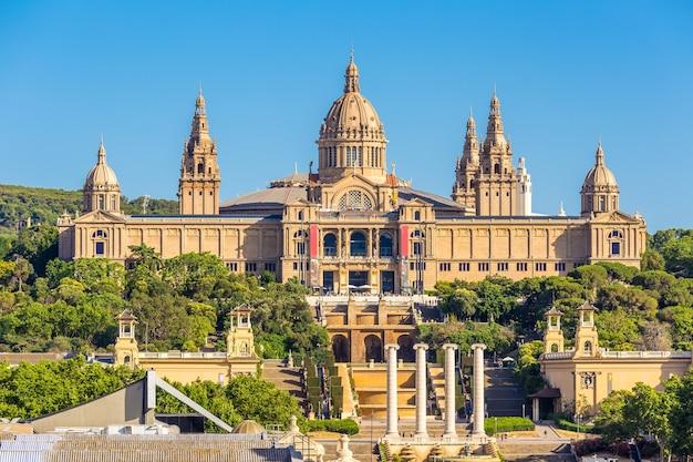 Museu nacional de barcelona e placa de espanya em dia ensolarado, espanha Foto Premium