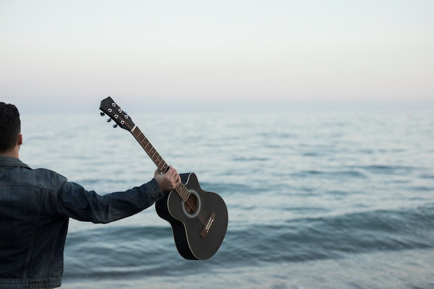 Música de guitarra ao ar livre Foto gratuita