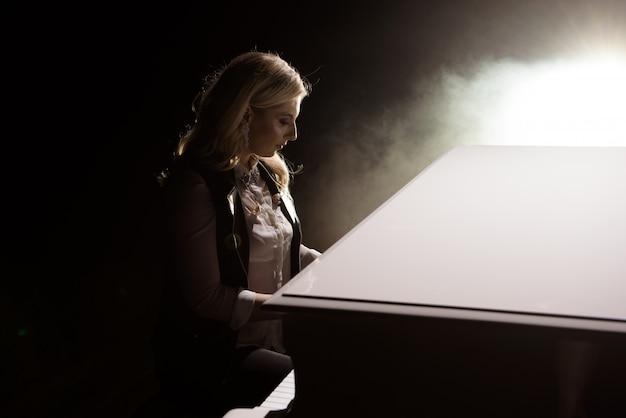 Música de piano músico pianista tocando Foto Premium