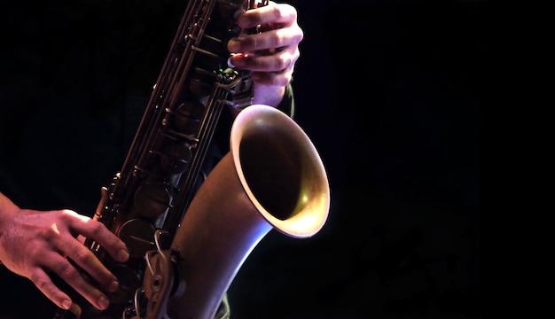 Músico de jazz tocando saxofone Foto Premium